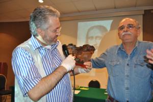 Giorgio Bongiovanni mostra la Pietra del Cuore assieme a Hugo Lucas
