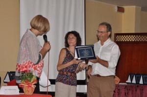 Il dott. Motta premia Mariella Scuderi