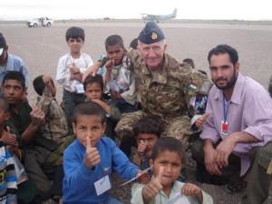 Il Col. Carmelo Giardina assieme ad un gruppo di bambini