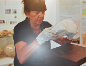 La dott.ssa Lentini espone il Cippo