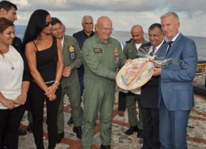 Il Vicesindaco Carmelo Giardina consegna il dono del Comune