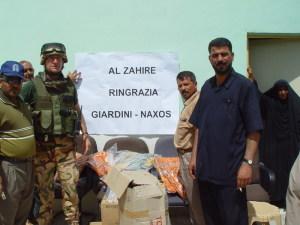 A sinistra il Colonnello Carmelo Giardina con i doni di Giaridni Naxos a Al Zahire