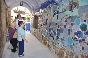 Alcune persone ammirano il murales