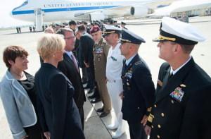 Il Ministro Pinotti e il Segretario Carter passano in rassegna i militari della base