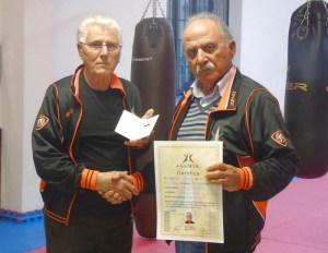 Il Maestro Scarcella consegna il diploma a Di Mauro