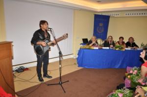 L'esibizione del cantautore Rosario Todaro
