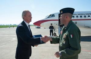 Il saluto del comandante Fedele prima alla partenza del Ministro