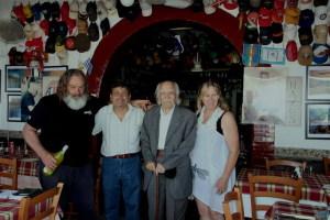 Al centro della foto Angelo Savoca e Di Mauro alla Taverna di Naxos