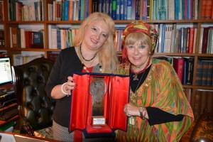 Cristina Tornali e Miriam Jaskierowicz Arman mostrano il premio
