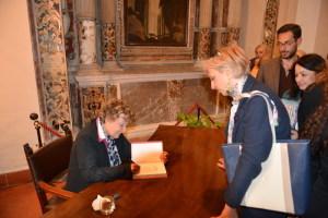 Dacia Maraini firma il libro