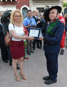 Il Consigliere Rosa Pietrocitto consegna la targa dell'evento alla sezione dei Peloritani