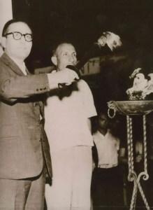 1960, anno delle Olimpiadi di Roma: il Sindaco Mangano accende con la Fiaccola olimpica, che transita da Giardini, il fuoco sacro nell'Ara eretta a Naxos in onore di Tysandros. Accanto al Sindaco il Cap. Matteo Vinciguerra