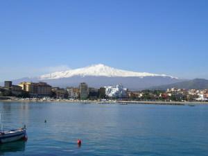 La baia di Naxos e l'Etna