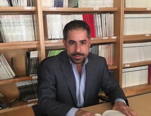 Il prof. Graziano Pinna nel suo studio
