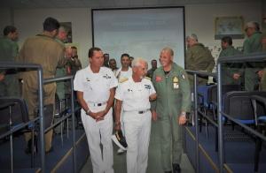 L'ammiraglio Foffi con il personale della base