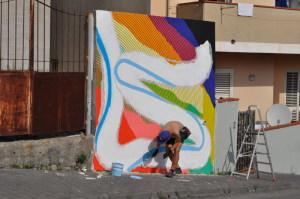 Momo a lavoro su un muro di Via On. Pancrazio De Pasquale a Giardini Naxos