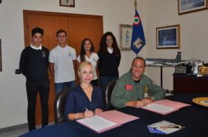 La preside dell'istituto Antonella Rosa ed il comandante della base di Sigonella e del 41° Stormo  Federico Fedele