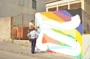 Momo durante la realizzazione della sua opera