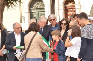 La consegna del tricolore e della Costituzione ad un alunno delle elementari