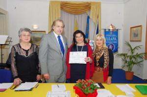 La consegna dell'attestato di partecipazione e della tessera di socio onorario a Giusy Di Mauro