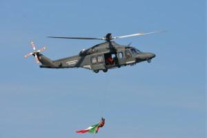 HH 139 sorvola la baia portando il tricolore
