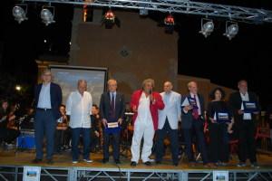 Il Momento della premiazione con i premiati e Vittorio Sgarbi
