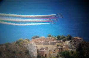 Il Tricolore PAN sopra il Teatro Greco di Taormina