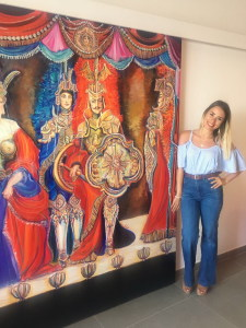 Valentina Piazza accanto una delle sue opere