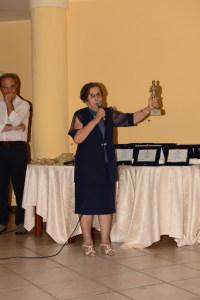 Nunzia De  Cola con la statuetta donata dallo scultore Emes Ottaviani per il primo dei premiati Giuseppe Caputi