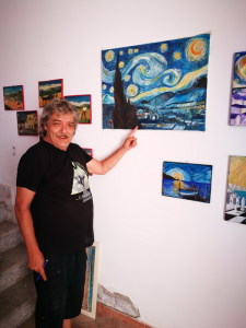 Il Maestro Azzolina con uno dei quadri della mostra