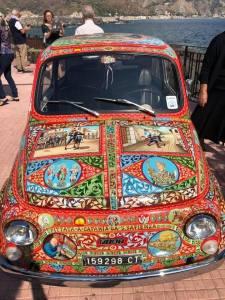 La mitica Fiat 500 dipinta come un carretto siciliano da