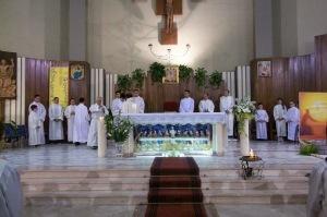 Altare della chiesa con ministranti