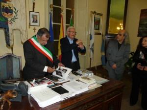 Il sindaco sfoglia il libro dell'Isola di Gotland