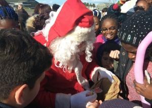 Babbo Natale divide i doni