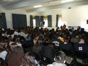 L'aula magna del liceo gremita di studenti