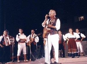 Il Maestro Nino Buda ed il Gruppo Folk Naxos
