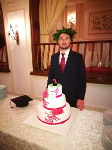 Il dott. Flavio Vecchio con la torta di laurea