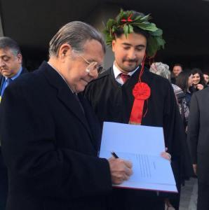 Adelfio Elio Cardinale appone la propria dedica sulla tesi del dott. Flavio Vecchio
