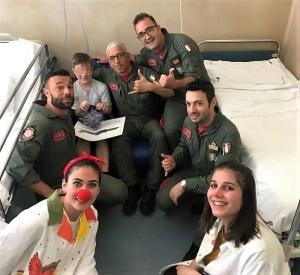 Visita dei militari dell'Aeronautica nel reparto di pediatria al Policlinico di Catania