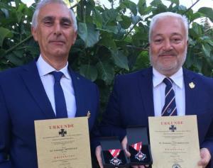 Da Sin. il dott. Giuseppe Minissale ed il dott. Domenico Interdonato mostrano la prestigiosa onorificenza assegnata