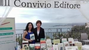 La giornalista Enza Conti con i volumi editi dal Convivio