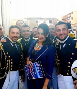 L'Avv. Silvana Paratore assieme ad alcuni musicisti della banda
