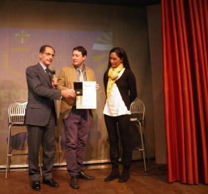 L'assessore Sandra Sanfilippo consegna il Premio al giornalista Pierluigi Vito