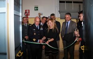 Il taglio del nastro: il dirigente scolastico Prof.ssa Antonella Rosa e il comandante del 41° Stormo di Sigonella Colonnello Pilota Francesco Frare