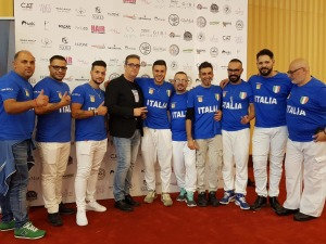 I componenti della squadra siciliana e, al centro della foto, Salvatore Turrisi