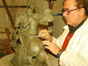 Il Maestro Azzolina nel suo laboratorio