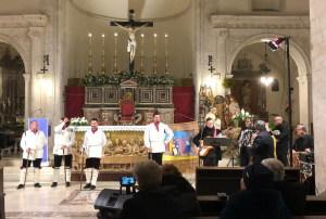 """I ballerini eseguono la tarantella pastorale dei bastoni sul brano  """"La Madunnuzza quannu iu a la fera"""""""