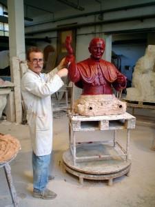 Il Maestro Azzolina con una delle sue sculture