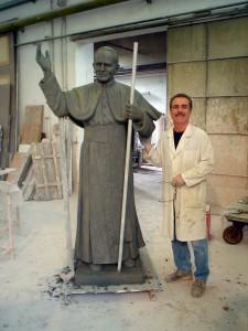 Maestro Azzolina  con una della sue opere:  la statua di Papa Giovanni Paolo Secondo