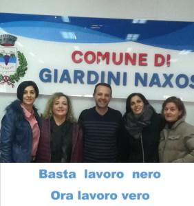 Alcuni scioperanti Asu del Comune di Giardini Naxos assieme (al centro) il Presidente del Consiglio Danilo Bevacqua